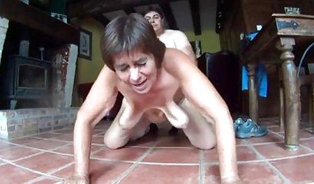 Sexo por mujeres ancianas teniendo sexo la mañana con una hermosa mujer madura
